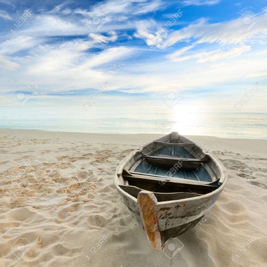 10452165-Barca-sulla-spiaggia-di-tempo-alba-Archivio-Fotografico.jpg