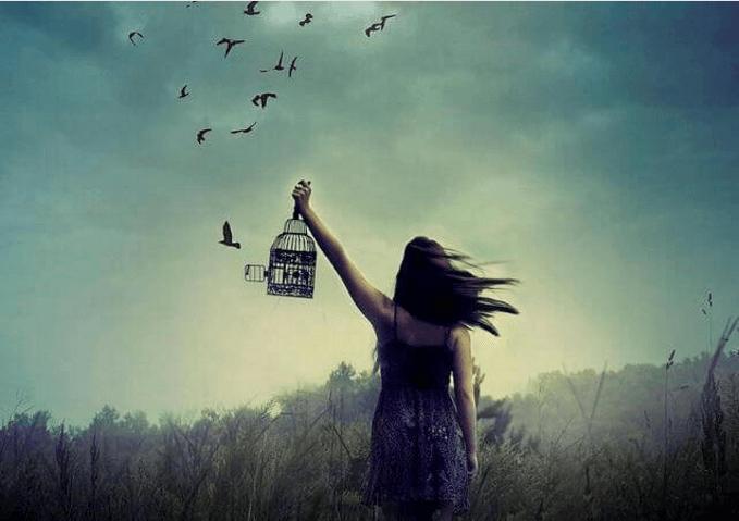 Mujer-con-jaula-liberando-pajaros.png