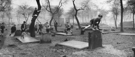 Resultado de imagen para niños en cementerio