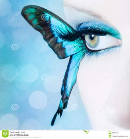 el-cierre-hermoso-del-ojo-de-la-mujer-para-arriba-con-la-mariposa-se-va-volando-39500132
